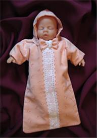 Beispiel 1, rosa Stoff mit Muster und weißer Rüschenborte